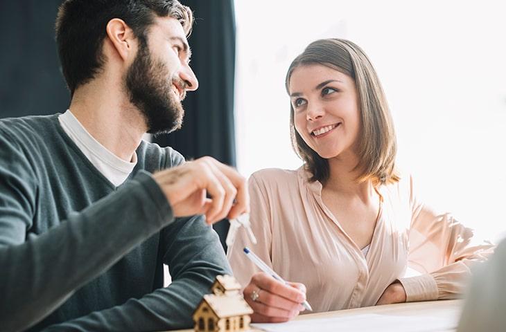Молодая пара подписывает ипотечный договор