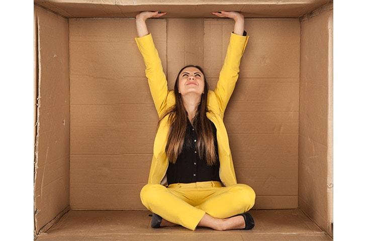 Женщина в картонной коробке
