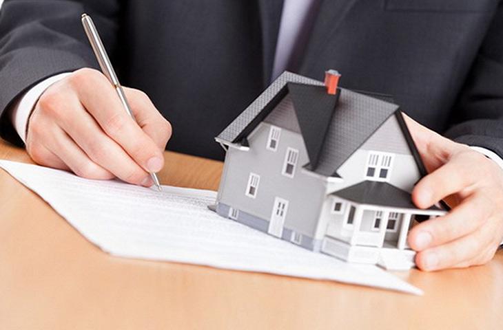 Деловой мужчина подписывает документы на дом