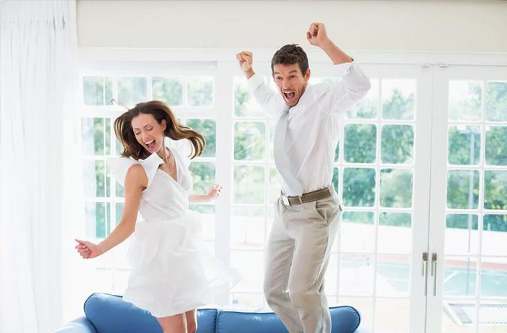 Молодая пара радуется погашенной ипотеке